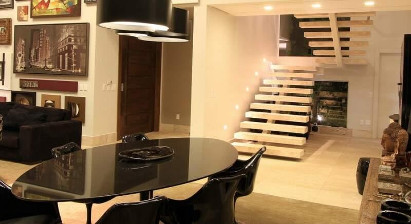 E escadas sem corrimão são charme da sala. (Foto: Gilson Barbosa)