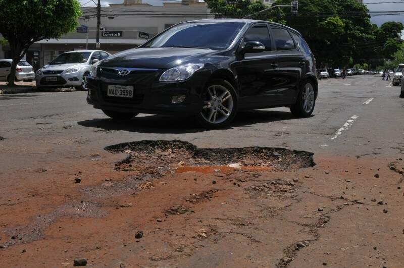 Carro descia de buraco na Dom Aquino. (Foto: Acides Neto)