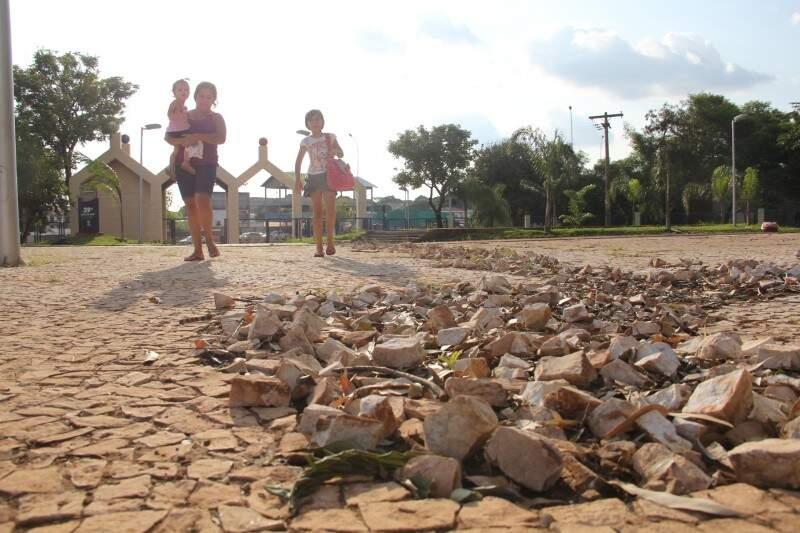 Montes de pedras para calçamento se espalham no Horto e pais temem acidentes. (Foto:Marcos Ermínio)
