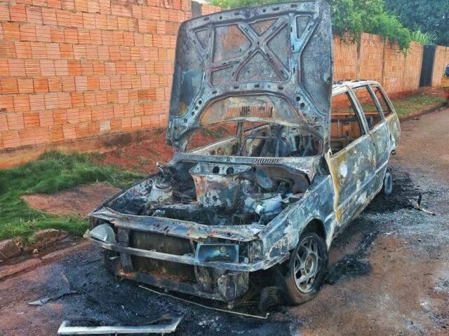 Carro foi destruído pelo fogo (Foto: Fernando Antunes)