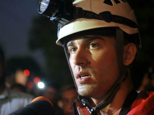 Tenente Rafael Xavier conta que buscas devem voltar na manhã desta sexta e vão abranger 4 km (Foto: Alcides Neto)