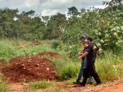 Luiz Alves Martins Filho, 49 anos, o Nando, acenando para as câmeras, durante escavações. (Foto: Adriano Fernandes)