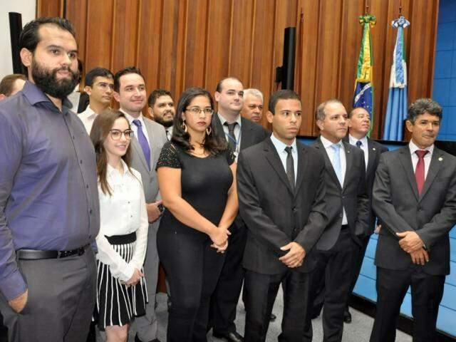 Grupo de aprovados tomou posse na Assembleia e foi recepcionado pelos deputados (Foto: Assessoria/ALMS)