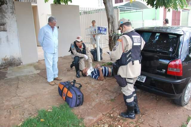 Homem dormia na calçada quando foi atropelado. (Foto: Paula Vitorino)