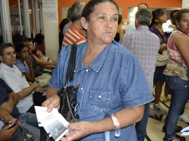 Aposentada levou neto e filha para posto de saúde, mas não conseguiu atendimento porque não atualizou cartão. (Foto: Pedro Peralta)