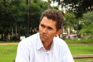 Gilmar Lemes, operador de produção, avalia o vai e volta dos números. (Foto: Fernando Antunes)