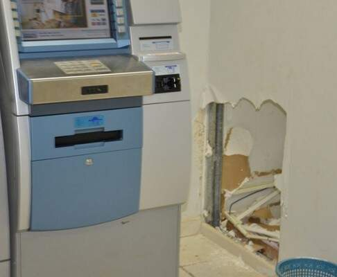 Bandidos fizeram um buraco na parede, local que fica próximo ao caixa eletrônico. (Foto: Taquarussu News)