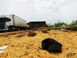 Carga de milho ficou espalhada pelo rodovia SP-483. (Foto: Idest)