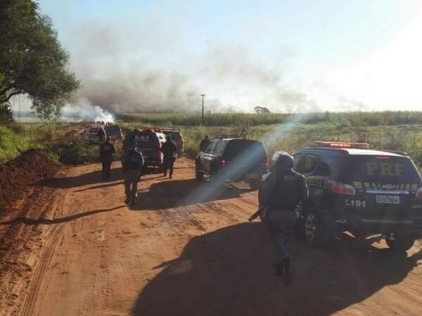 Clima foi de tensão durante a tarde de ontem (14) e policiais tentavam negociar a devolução do armamento que os indígenas pegaram da Polícia Militar. (Foto: Sidney Bronka)