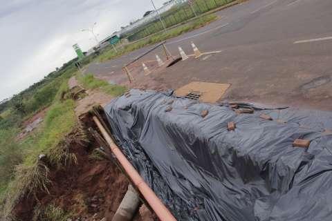 Prefeitura coloca lona em erosão e espera chuva parar para fazer reparos
