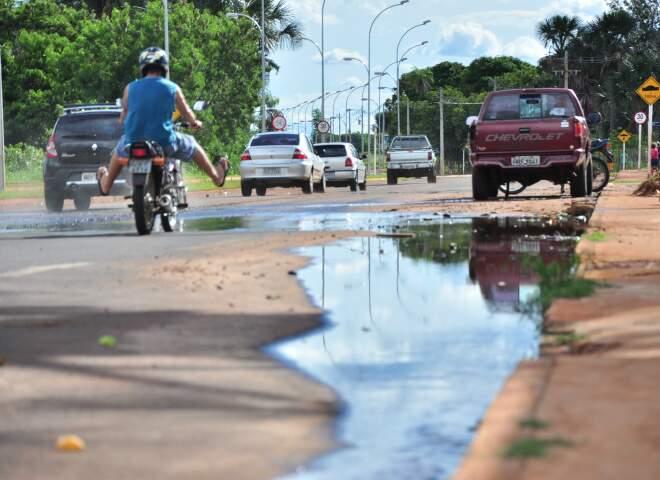Moradores reclamam do curso d'água que se mistura com esgoto na principal avenida da região. (Foto: João Garrigó)