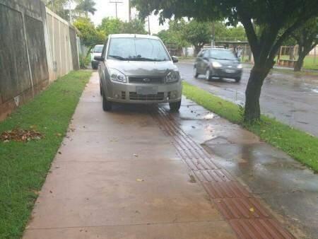 Carros estacionados sobre calçadas atrapalham passagem de pedestres