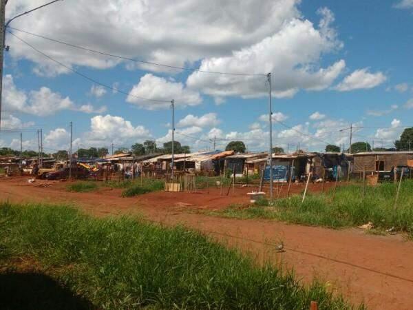 Segundo os moradores ainda vivem em barracos no loteamento cerca de 136 famílias a espera da conclusão das casa de alvenaria. (Foto: Adriano Fernandes)