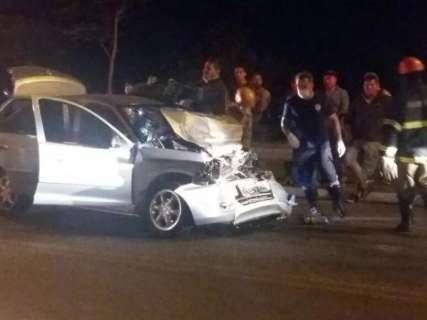 Colisão entre camionete e carro deixa duas pessoas com ferimentos graves