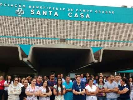 Funcionários da Santa Casa mantém  protesto contra atraso de 13º