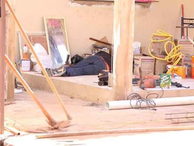 Uma das vítimas mortas caída em construção (Foto: Fernando Antunes)