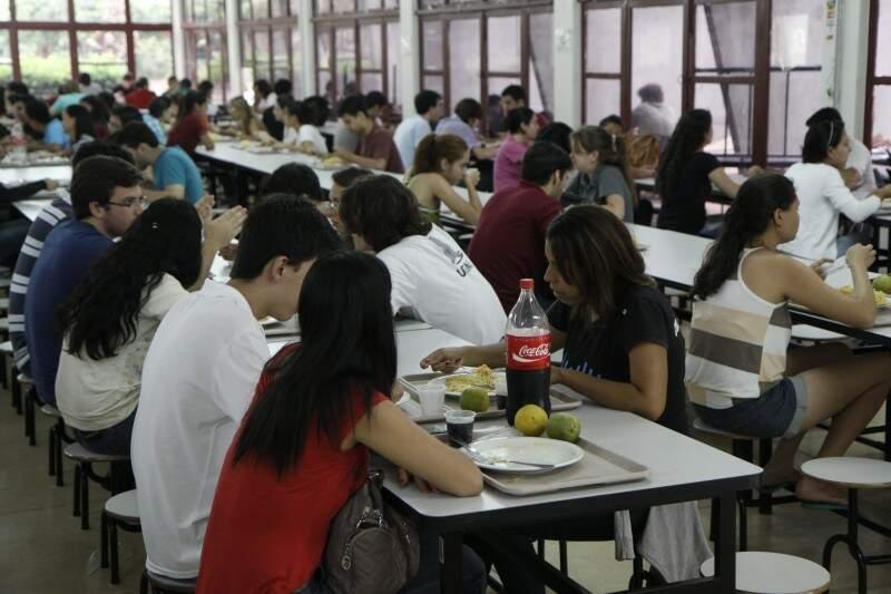 Das 10 às 14 horas, R.U. está sempre lotado. É preciso chegar cedo para escapar das filas e garantir um lugar nas mesas (Foto: Cléber Gellio)