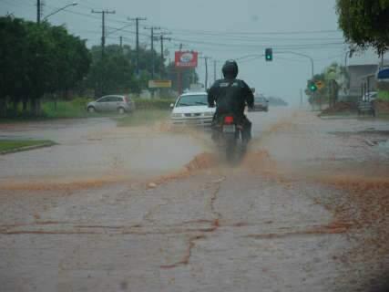 Chuva de 15 minutos foi suficiente para alagar ruas do bairro Nova Lima
