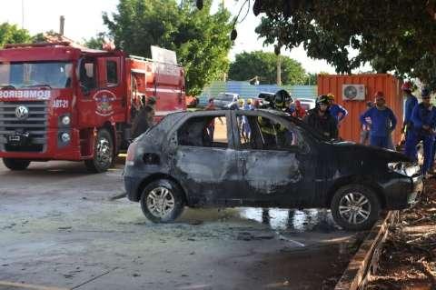 Incêndio criminoso destrói três carros de funcionários em obra do Aquário