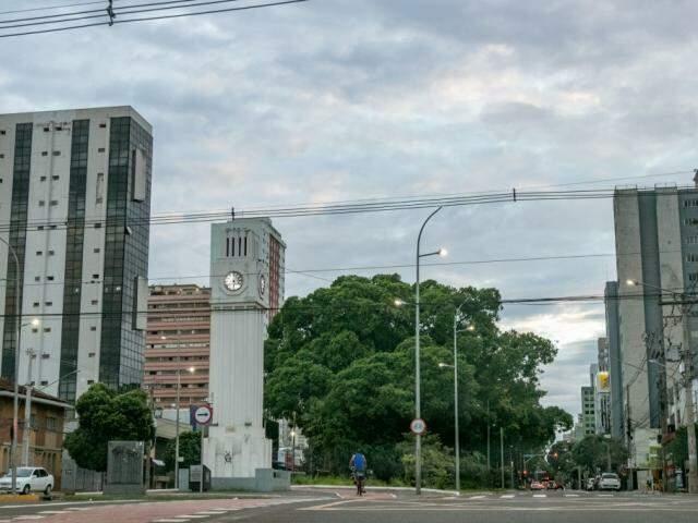 Campo Grande amanheceu com céu nublado nesta terça-feira. (Foto: Henrique Kawaminami)