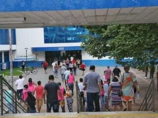 Chegada de candidatos à prova na Uniderp. (Foto: Paulo Francis)