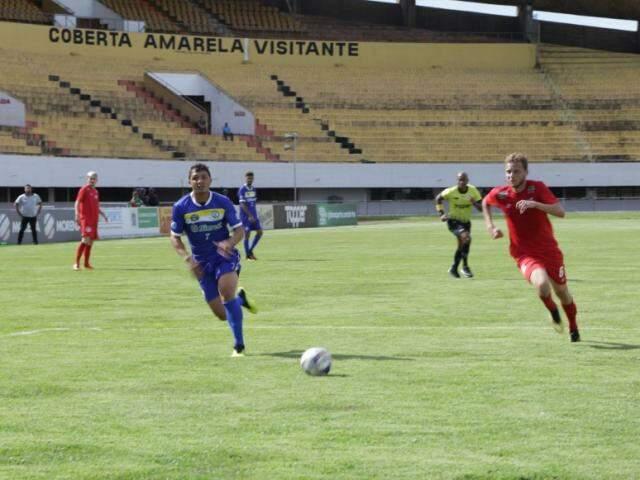 Lance de Costa Rica e Comercial no vazio estádio Morenão, em Campo Grande (Foto: Kísie Ainoã/Arquivo)