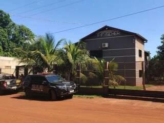 Viaturas do SIG e da Força Nacional em frente à casa de investigado; casado com indígena, homem mora na reserva de Dourados (Foto: Adilson Domingos)
