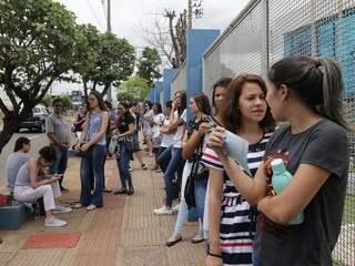 Movimentação em frente a Uniderp, um dos locais de aplicação das provas em Campo Grande (Foto: Kísie Ainoã)