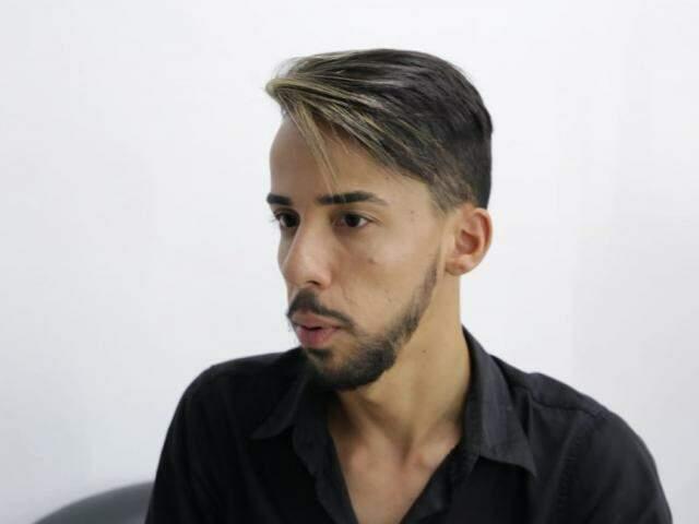 Célio Moreira de Andrade Júnior foi vítima de homofobia em Campo Grande. (Foto: Kísie Ainoã)