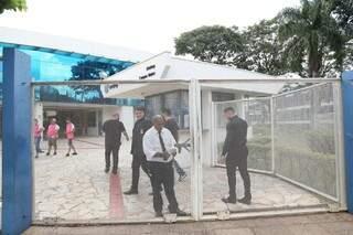 Na Uniderp, portão fechou exatamente às 15h. (Foto: Paulo Francis)