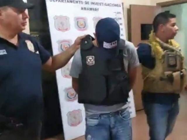Suspeito de execução sendo apresentado em Pedro Juan Caballero (Reprodução: Site Capitán Bado)
