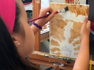 Investimento de R$ 150,00 garante um passaporte cultural com direito a cinco dias de muito aprendizado com técnicas de pintura em tela, musicalização, mangá, teatro e isogravura.(Foto: Fundação de Cultura de MS)