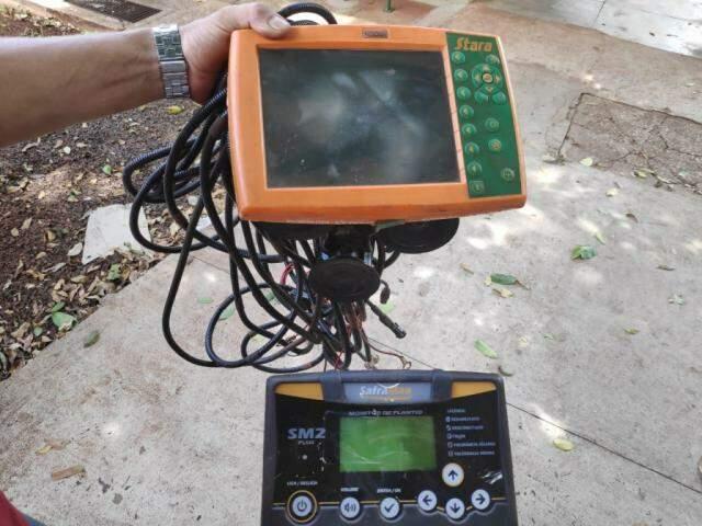 Aparelhos de GPS furtados de fazenda em Maracaju, localizados hoje em aldeia de Dourados (Foto: Adilson Domingos)