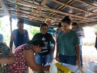 Indígena Guarani Kaiowá da comunidade Jayche Piru, em Dourados, assina documento ao receber cesta básica doada pela Ong Ação da Cidadania (Foto: Divulgação)