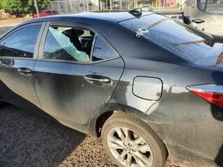 Imagem publicada pelo parlamentar mostra carro com marcas de tiros (Foto: Facebook/Reprodução)