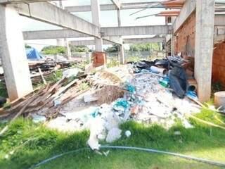 Segundo a Semadur, foram intimados 56 proprietários de construções abandonadas ou irregulares. (Foto: PMCG)