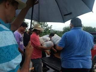 Chuva não atrapalhou trabalho de voluntários em Dourados nesta terça (Foto: Divulgação)
