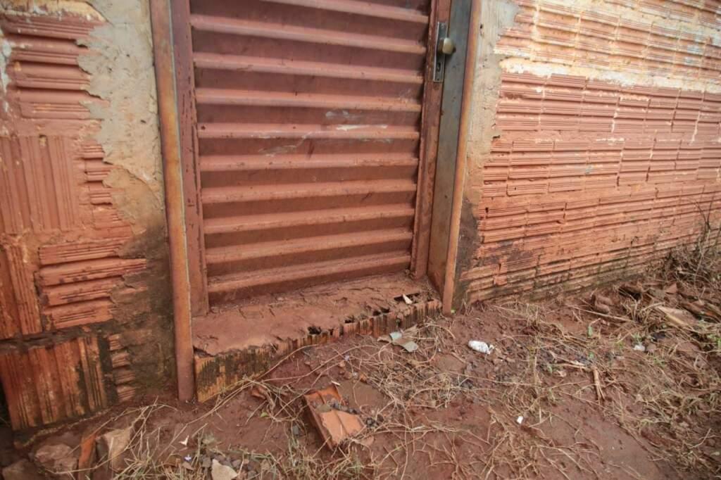 A porta que não se abre mais para que a água da chuva não entre (Foto: Marcos Maluf)