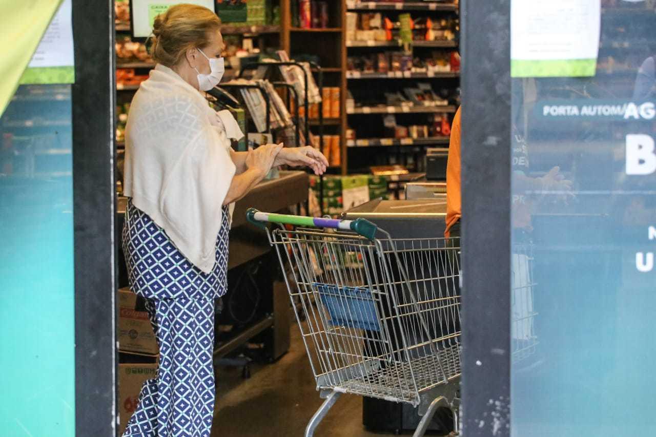 Professora, Maira saiu de casa depois de uma semana para ir ao mercado, tomando todos os cuidados para não se expor
