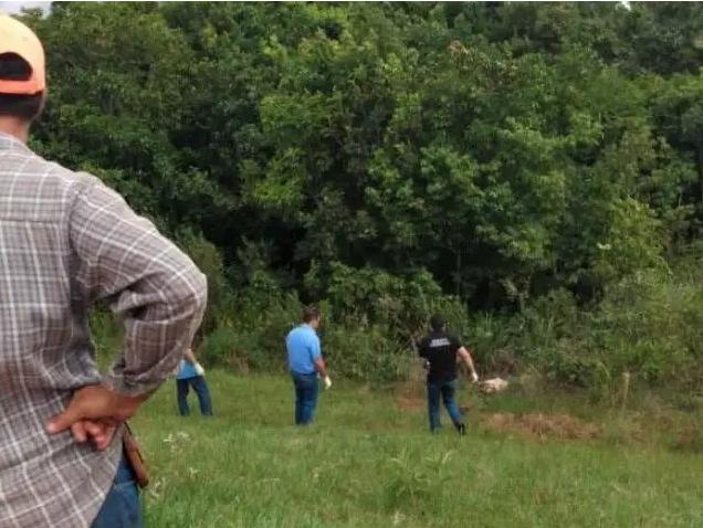 Peritos, policias e testemunhas no local onde o corpo foi localizado. (Foto: Jornal da Nova)