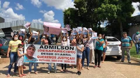 Com máscara e cartaz, família de desaparecido faz protesto
