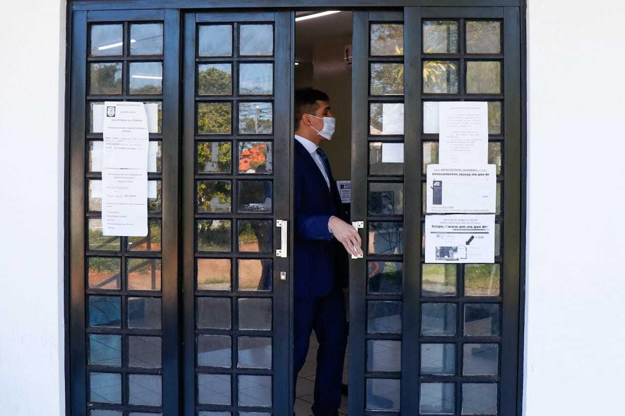 Advogado de empresário foi até delegacia acompanhar depoimento (Foto: Henrique Kawaminami)