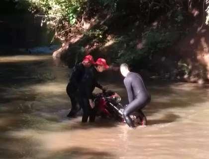 Bombeiros retiram de córrego motocicleta de funileiro assassinado