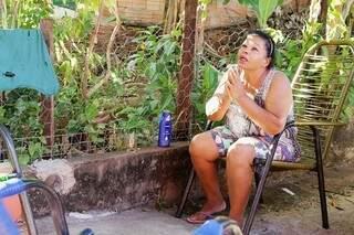 Quando a equipe chegou à casa de Maria, ela já estava chorosa, sentada na cadeira de fio no quintal de casa. (Foto: Kísie Ainoã)