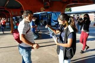 Sebastião recebeu máscarra de uma fiscal (Foto: Henrique Kawaminami)