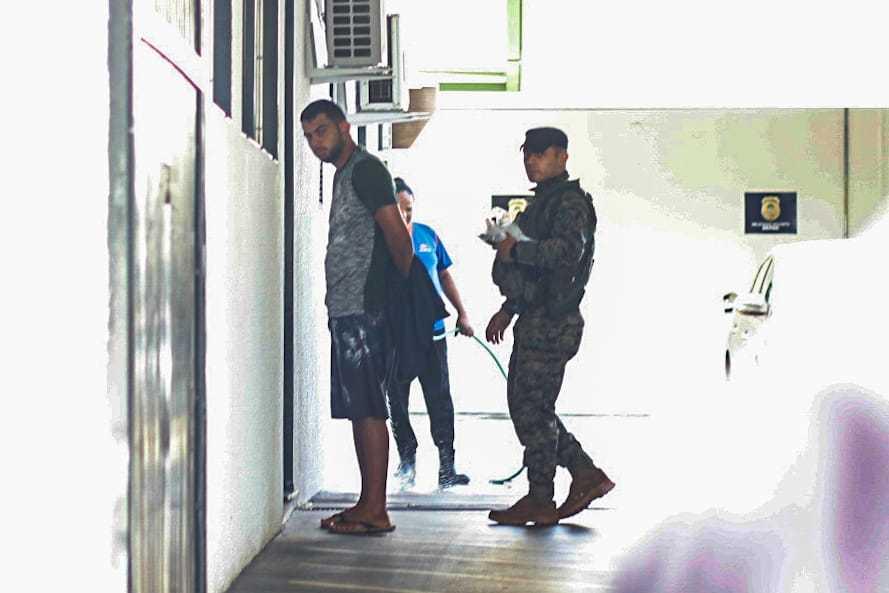 Um dos presos foi levado para a Depac do Centro, em Campo Grande (Foto: Henrique Kawaminami)