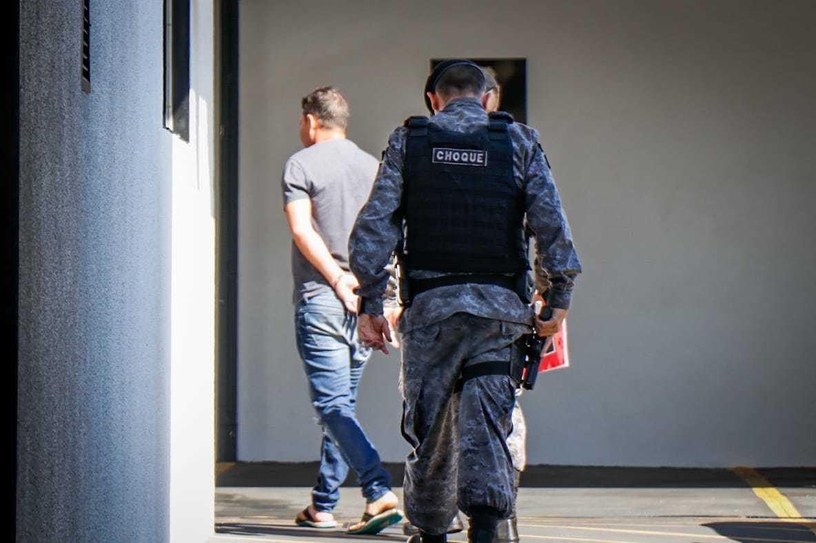 Preso é levado para a Depac Centro durante operação ontem.  (Foto: Henrique Kawaminami)