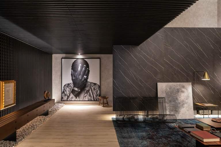 Contraponto: ambientes minimalista e monocromático com texturas especiais que simulam pedra e madeira. (Foto: Casacor)