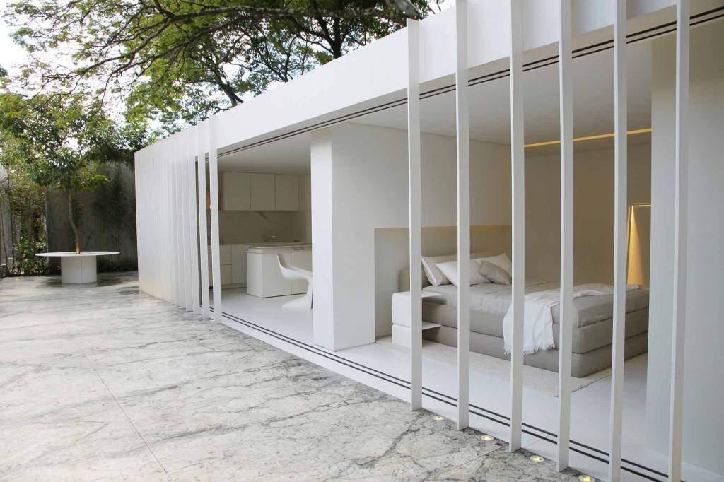 Casa container de Marília Pellegrini: o branco se impõe de forma calma e impactante. (Foto: Romulo Fialdini/Casacor)
