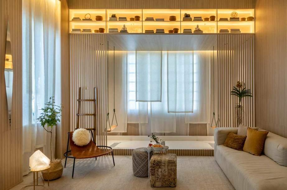 Sala Shanti de Bianca da Hora: Minimalista, o espaço combina o acolhimento da madeira, a leveza dos tecidos naturais e a funcionalidade no mobiliário de jovens designers brasileiros. (André Nazareth/Casacor)